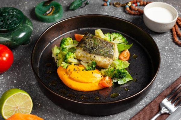 Палтус с брокколи в морковном пюре том ям