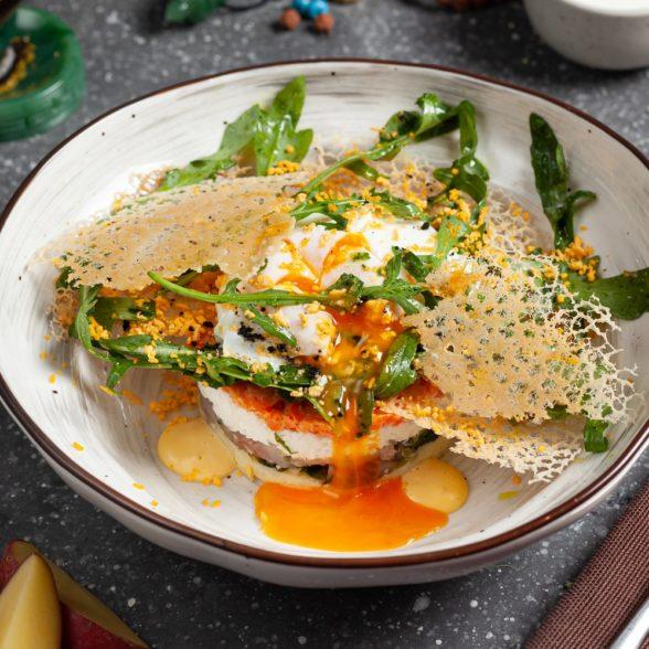 Салат мимоза с добавлением черемши
