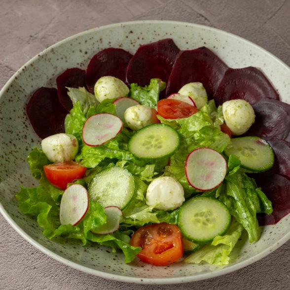 Салат с моцареллой и печеной свеклой