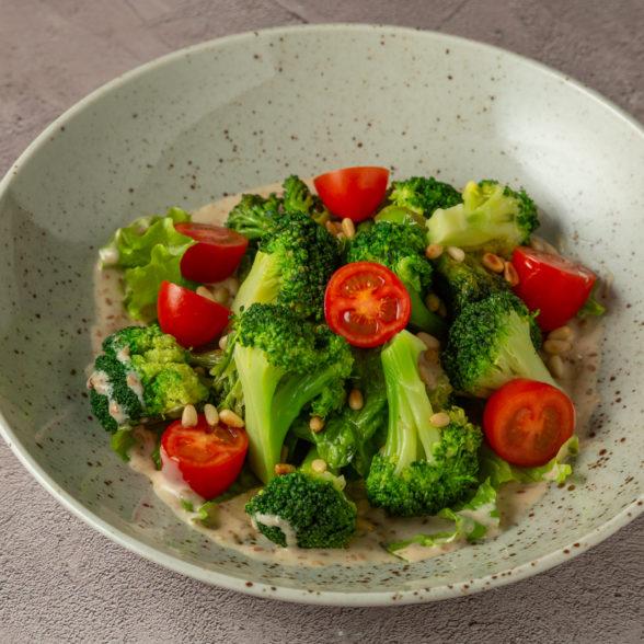 Салат из брокколи и кедровыми орешками